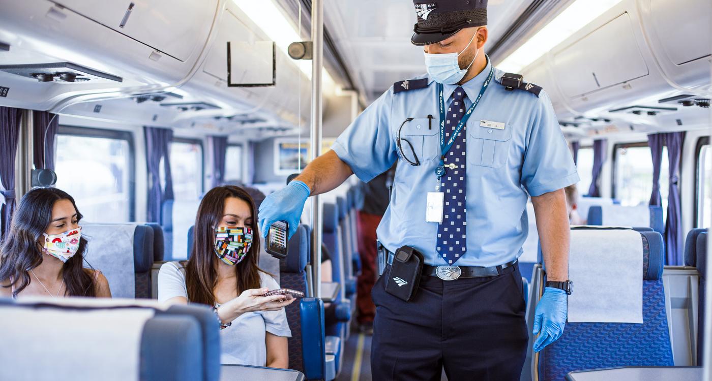 Gente en un tren revisando boletos