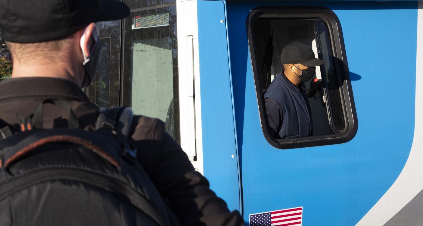 Conductor llevando el tren hacia la estación