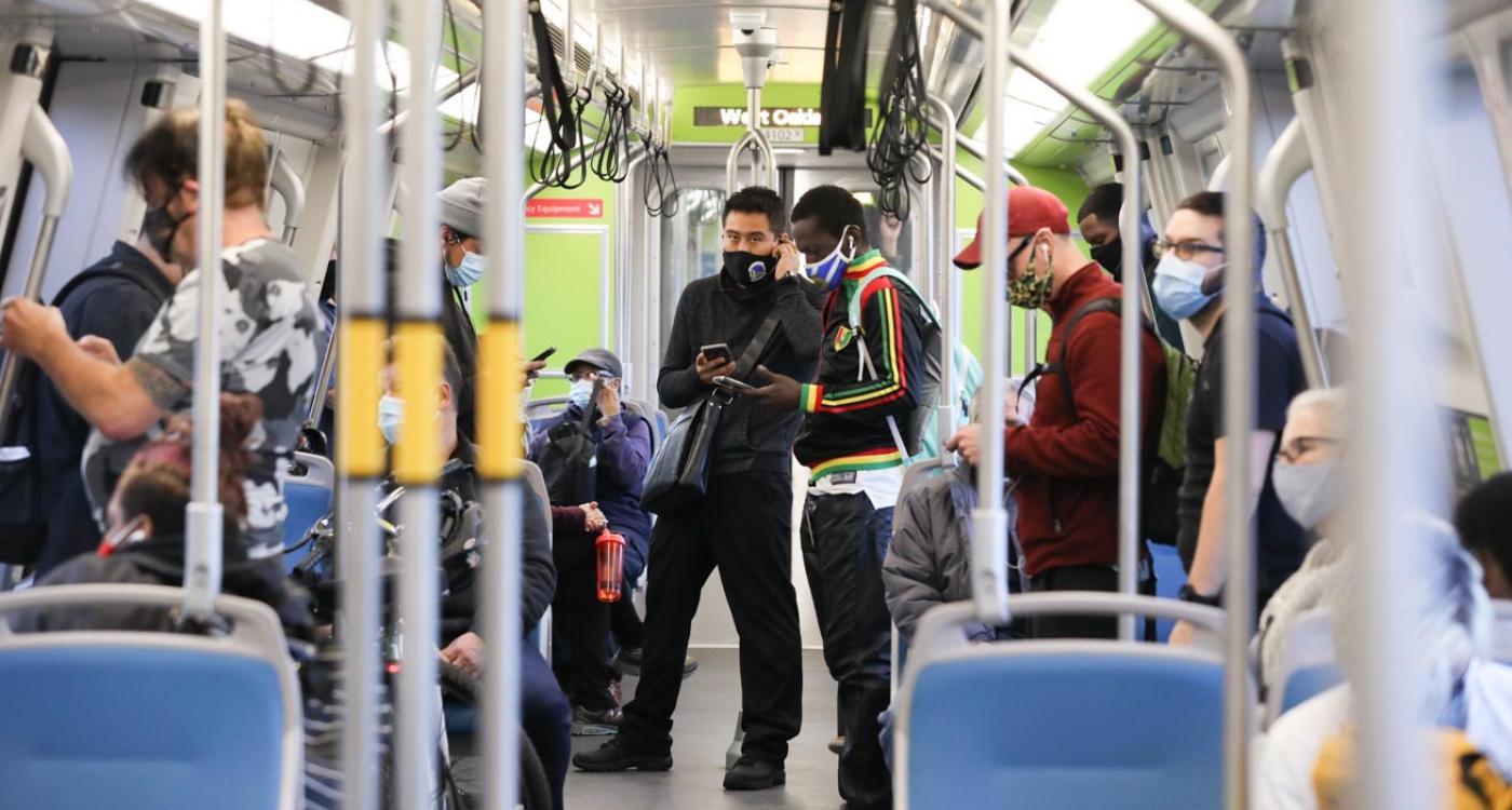 Pasajeros con máscaras dentro de un tren de BART