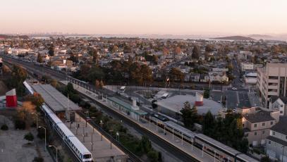 加州列治文市 (Richmond) 的 BART 和首府走廊號